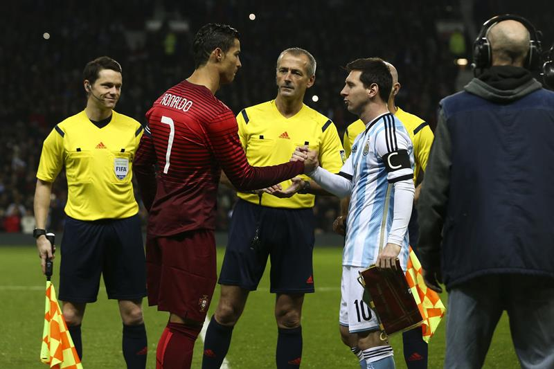 El jugador de Portugal Cristiano Ronaldo (i) y Lionel Messi de Argentina (d) ingresan al campo del Old Trafford. Foto: EFE