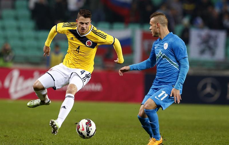 El jugador de Colombia, Santiago Arias (i), pelea por el balón con el jugador de Eslovenia, Milivoje Novakovic. Foto: EFE