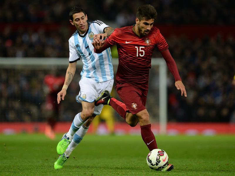 El jugador de Argentina Angel Di Maria (i) disputa el balón con Andre Gomes (d) de Portugal. Foto: EFE