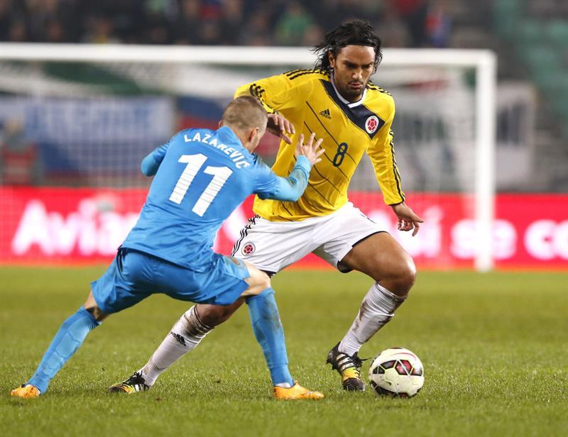 El jugador de Colombia Abel Aguilar (d) lucha por el balón con el jugador de Eslovenia, Dejan Lazarevic (i). Foto: EFE