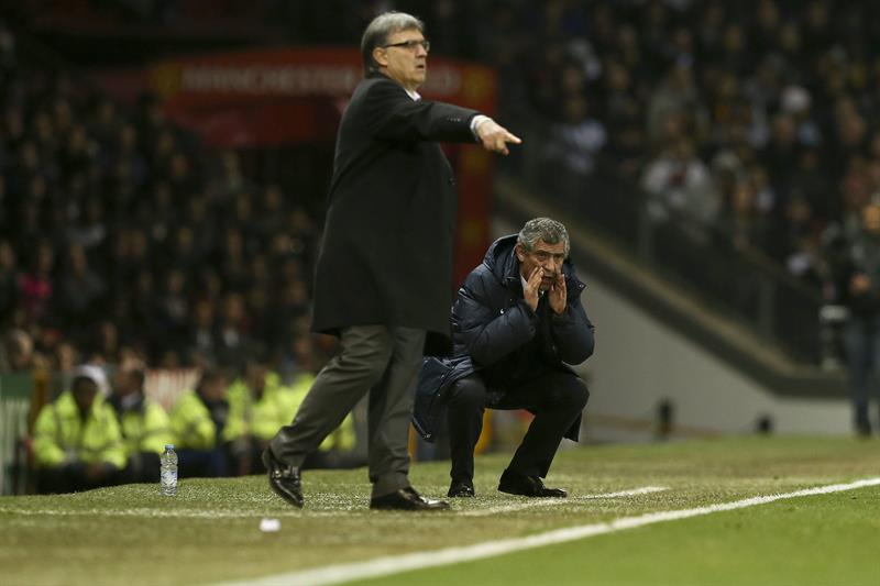 El entrenador de Portugal Fernando Santos (d) y su homólogo de Argentina Gerardo Martino dirigen a sus equipos. Foto: EFE