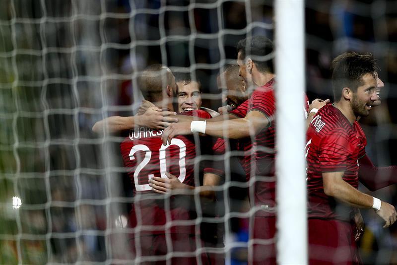 El jugador de Portugal Raphael Guerreiro (2i) celebra con sus compañeros después de anotar contra Argentina. Foto: EFE
