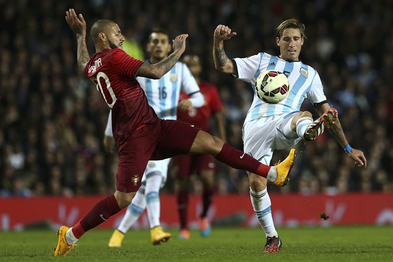El jugador de Argentina Lucas Biglia (d) disputa el el balón Ricardo Quaresma (i) Portugal. Foto: EFE