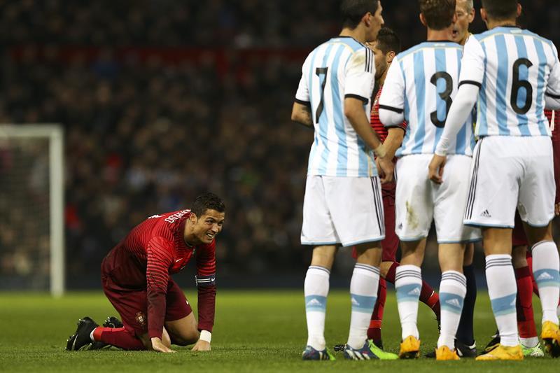 El jugador de Portugal Cristiano Ronaldo (i) se lamenta después de una jugada contra Argentina. Foto: EFE
