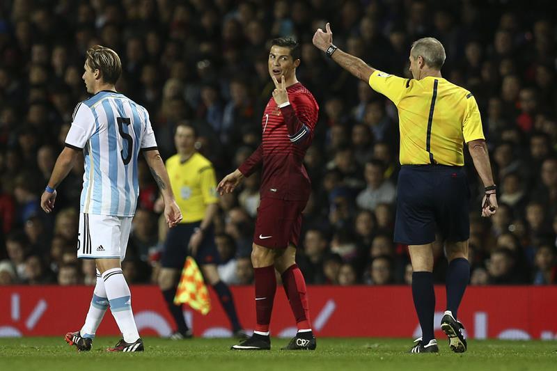 El jugador de Portugal Cristiano Ronaldo reclama al árbitro después de una jugada contra Argentina. Foto: EFE