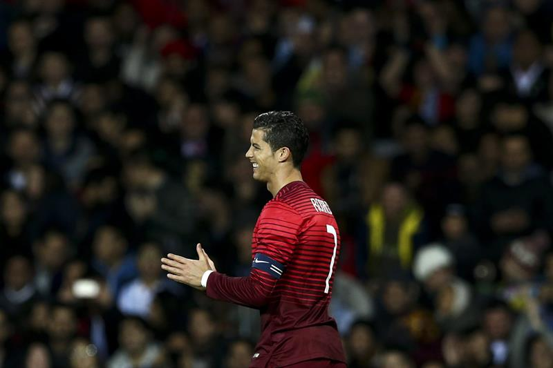 El jugador de Portugal Cristiano Ronaldo aplaude después de una jugada contra Argentina. Foto: EFE