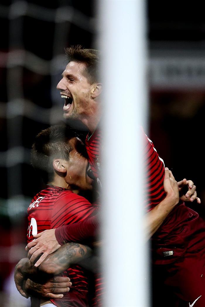 El jugador de Portugal Raphael Guerreiro (i) celebra con Adrien Silva (d) después de anotar contra Argentina. Foto: EFE