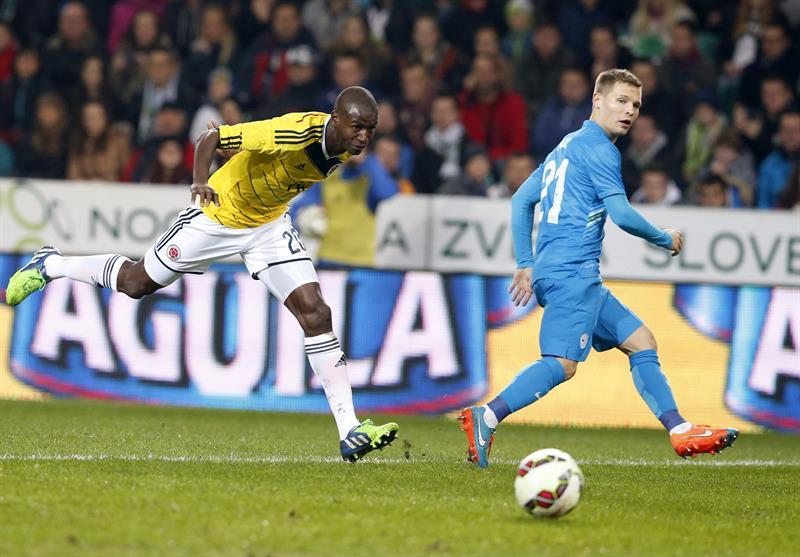 El jugador de Colombia Adrián Ramos (i) lucha por el balón con el jugador de Eslovenia, Martin Milec (d). Foto: EFE