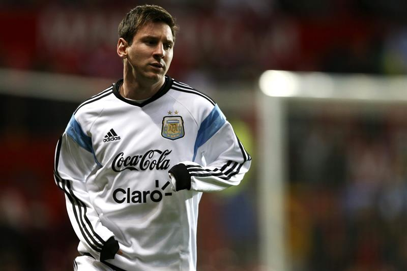El jugador de Argentina Lionel Messi calienta antes de enfrentar a Portugal. Foto: EFE