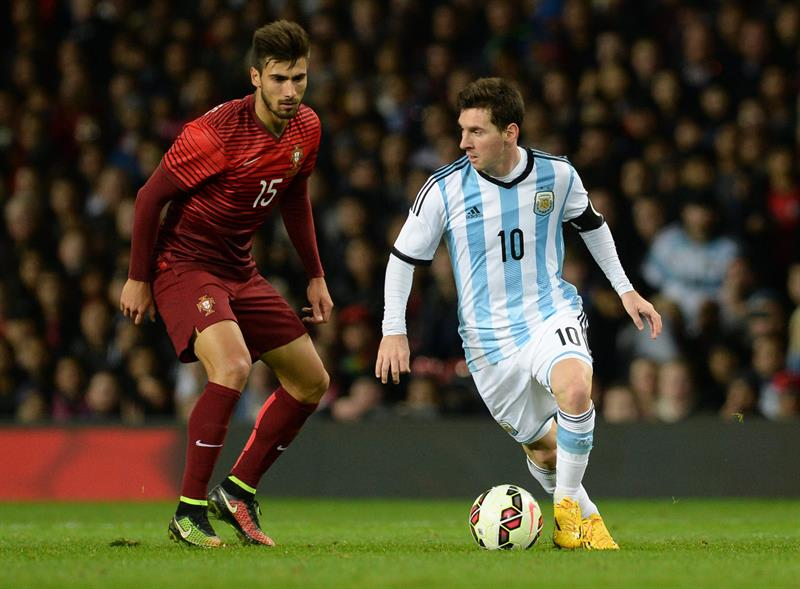 El jugador de Argentina Lionel Messi (d) disputa el balón con Andre Gomes (i) de Portugal. Foto: EFE