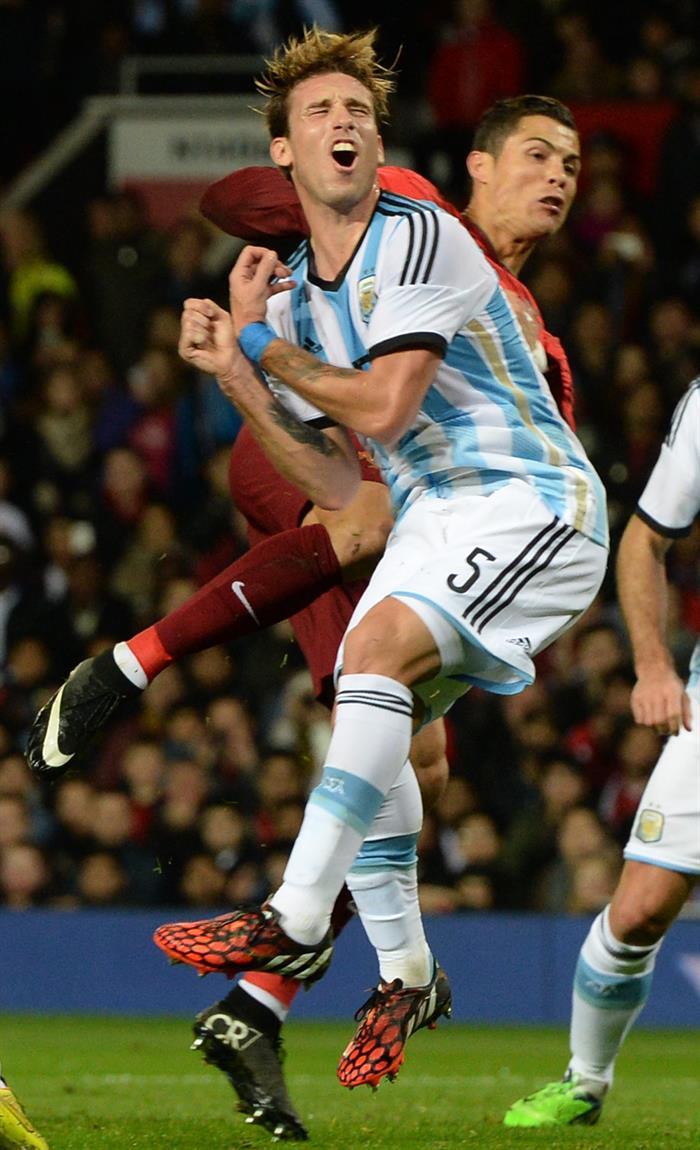 El jugador de Argentina Lucas Biglia (i) disputa el balón con Cristiano Ronaldo (d) de Portugal. Foto: EFE
