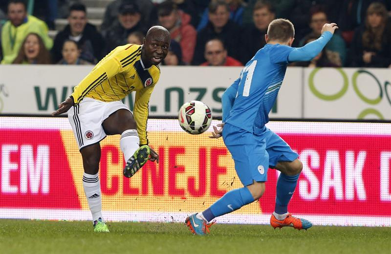 El jugador de Colombia, Pablo Armero (i), pelea por el balón con el jugador de Eslovenia, Martin Milec (d). Foto: EFE