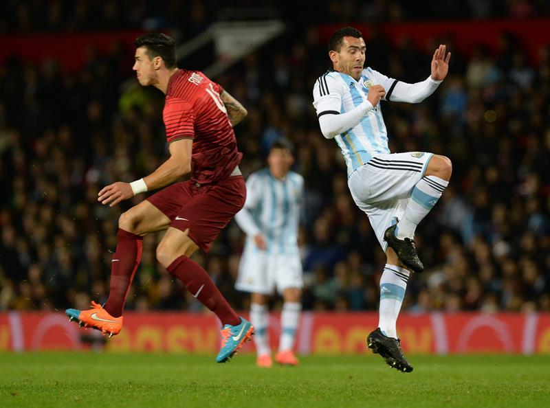 El jugador de Argentina Carlos Tevez (d) disputa el balón con Jose Fonte (i) de Portugal. Foto: EFE