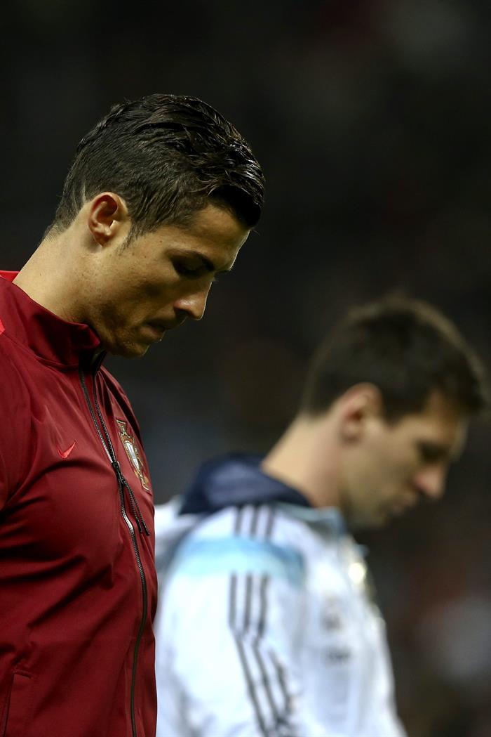 El jugador de Portugal Cristiano Ronaldo (2-i) y Lionel Messi de Argentina (2-d) se saludan antes del amistoso. Foto: EFE