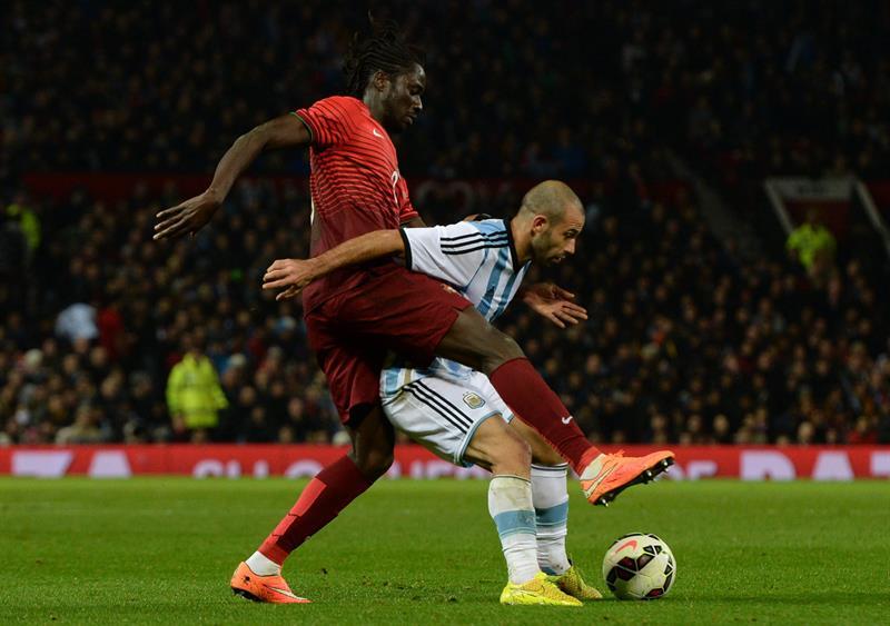El jugador de Argentina Javier Mascherano (d) disputa el balón con Eder (i) de Portugal. Foto: EFE