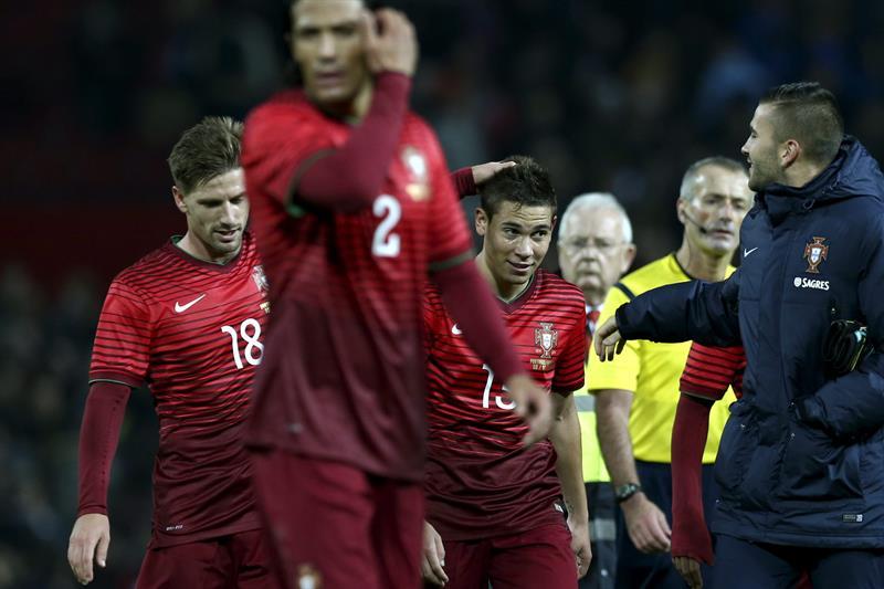 El jugador de Portugal Raphael Guerreiro (c) celebra con sus compañeros después de anotar contra Argentina. Foto: EFE