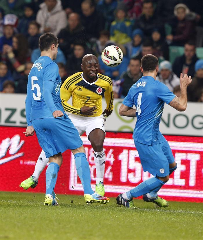 El jugador de Colombia Pablo Armero (c) pelea por el balón con los jugadores de Eslovenia Bostjan Cesar (i) y Gregor. Foto: EFE
