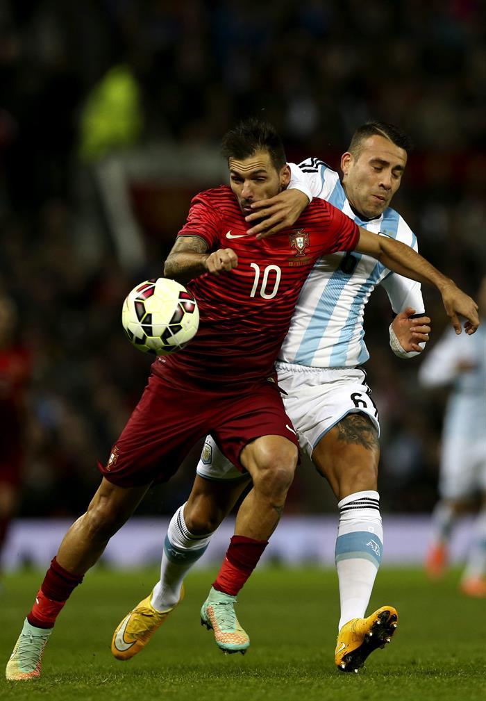 El jugador de Portugal Danny (i) disputa el balón con Nicolás Otamendi (d) de Argentina. Foto: EFE