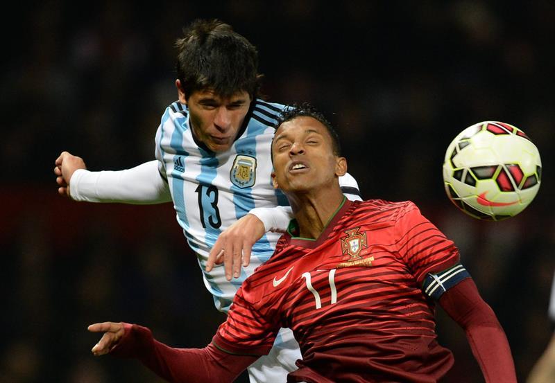 El jugador de Argentina Facundo Roncaglia (i) disputa el balón con Nani (d) de Portugal. Foto: EFE