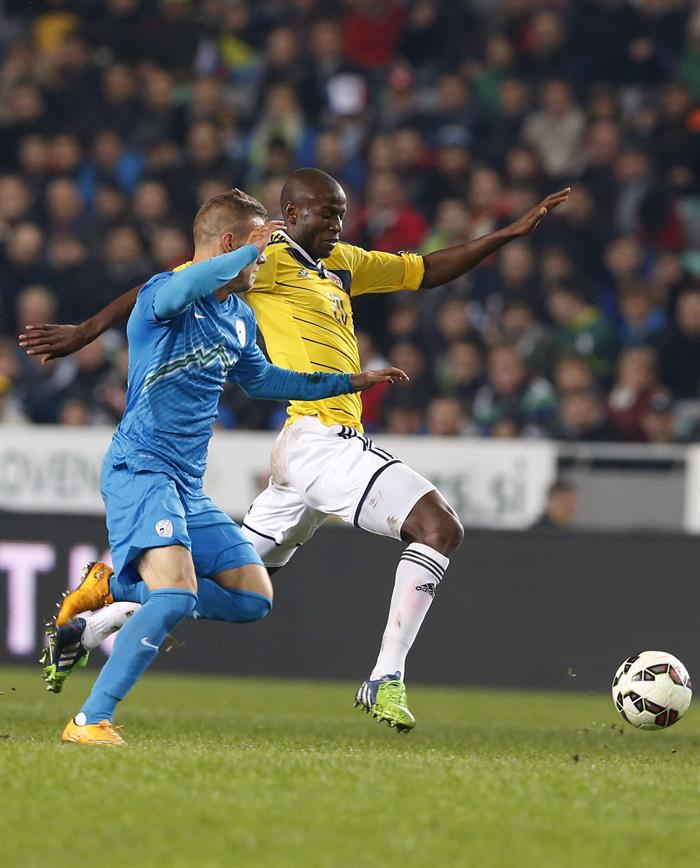 El jugador de Colombia Adrián Ramos (d) pelea por el balón con el jugador de Eslovenia, Milivoje Novakovic (i). Foto: EFE