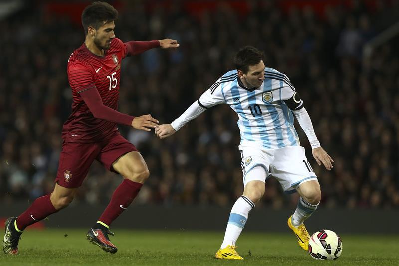 El jugador de Argentina Lionel Messi (d) disputa el el balón Andre Gomes (i) Portugal. Foto: EFE