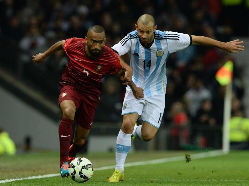 El jugador de Argentina Javier Mascherano (d) disputa el balón con Jose Bosingwa (i) de Portugal. Foto: EFE