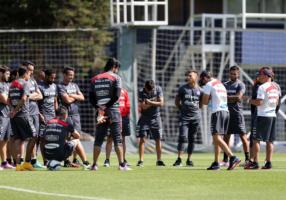 Fotografía cedida por la Agencia Nacional de Fútbol Profesional de Chile (ANFP) que muestra al director técnico del equipo nacional, Jorge Sampaoli, durante un entrenamiento. Foto: EFE