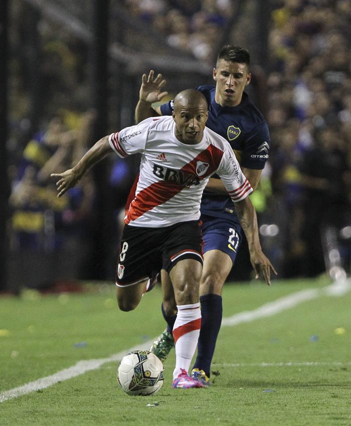 El jugador Jonathan Calleri de Boca Juniors disputa el balón con el jugador Carlos Sanchez de River Plate. EFE