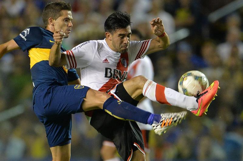 Fernando Gago (i) de Boca Juniors disputa la pelota Ariel Rojas (d) de River Plate. EFE