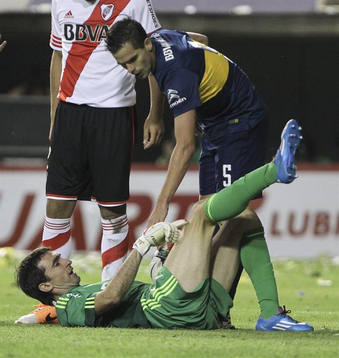El jugador Fernando Gago de Boca Juniors (c) se disculpa con el arquero Marcelo Varovero de River Plate. EFE