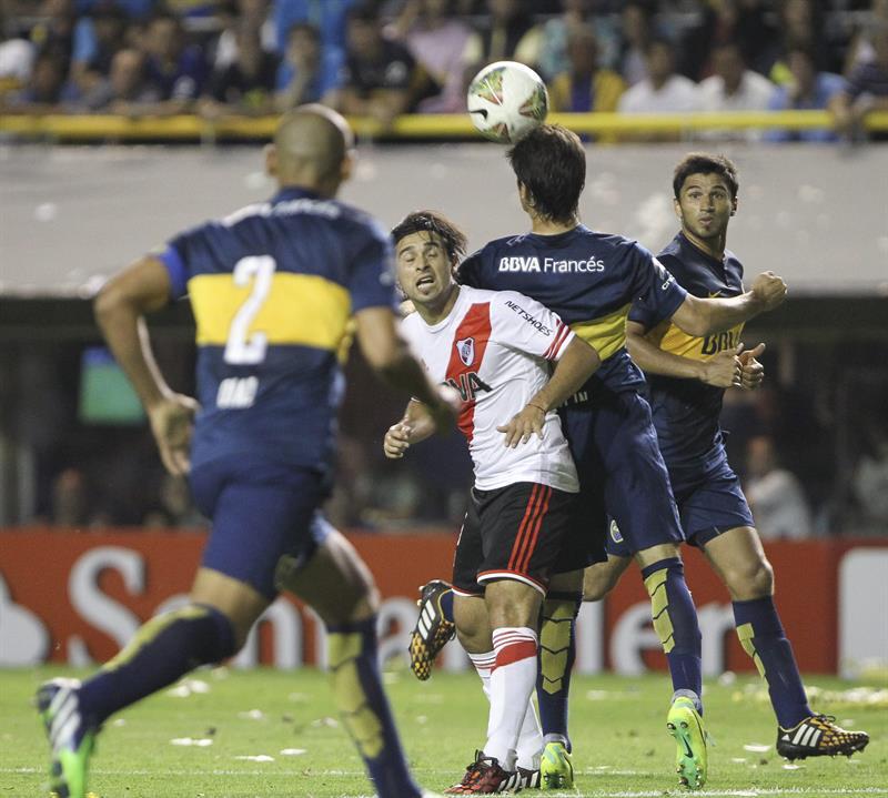 El jugador Fernando Gago de Boca Juniors disputa el balón con el jugador Giovanni Simeone (c) de River Plate. EFE