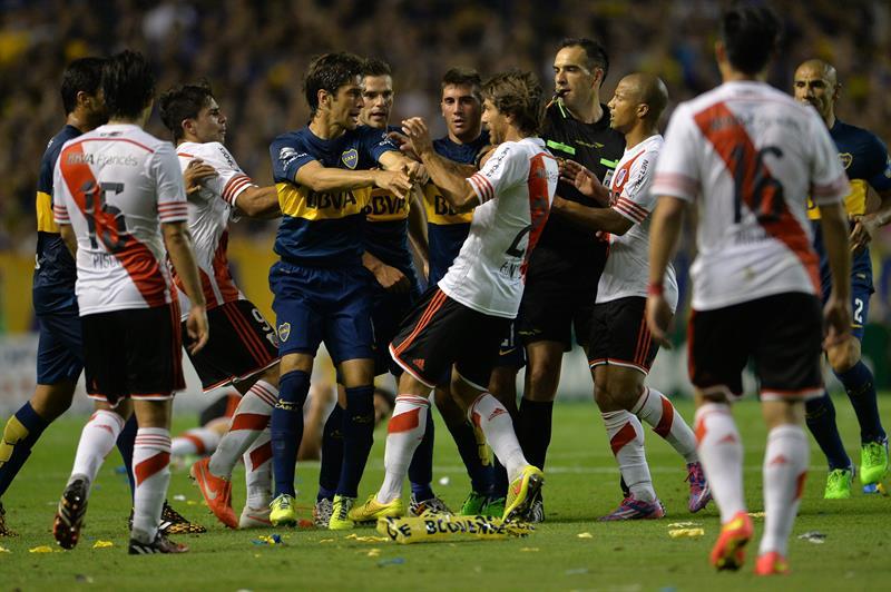Jugadores de Boca Juniors y River Plate se empujan durante el partido por la semifinal de la Copa Sudamericana. EFE