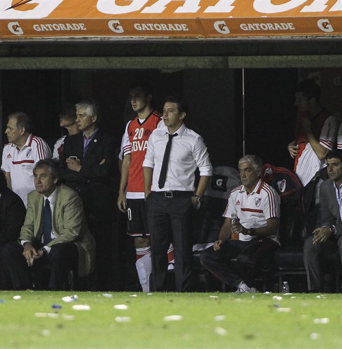 El entrenador de River Plate, Marcelo Gallardo (c-corbata) durante el partido de semifinales de la Copa Sudamericana. EFE