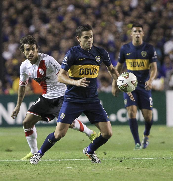 El jugador Fernando Gago de Boca Juniors disputa el balón con el jugador Leonardo Ponzio (i) de River Plate. EFE