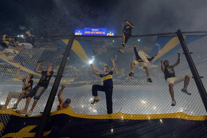 Hinchas de Boca Juniors alientan a su equipo antes del inicio del encuentro frente a River Plate. EFE