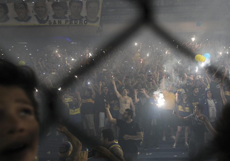 Aficionados de Boca Juniors animan a su equipo previo al inicio del partido de semifinales de la Copa Sudamericana disputado ante River Plate. EFE