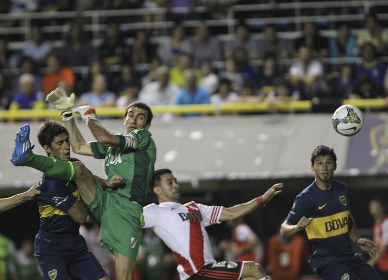 El arquero Marcelo Varovero (2i) de River Plate falla una salida ante Marcelo Meli de Boca Juniors. EFE