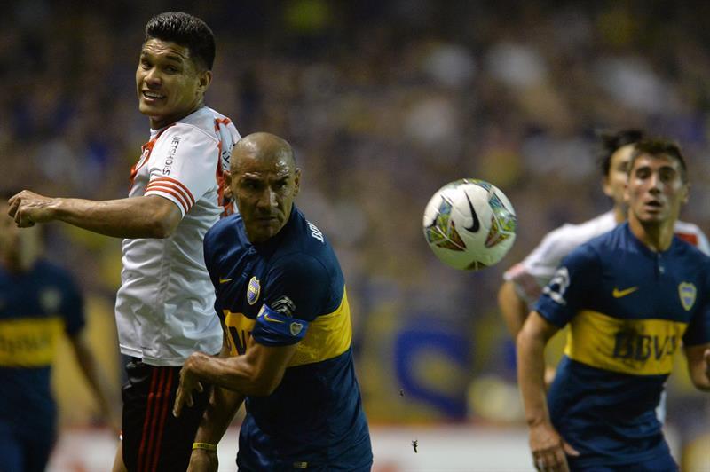 Daniel Diaz (d) de Boca Juniors en acción ante el colombiano Teófilo Gutiérrez (i) de River Plate. EFE