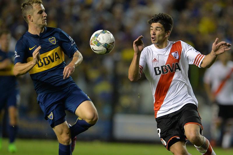 Nicolas Colazo(i) de Boca Juniors disputa la pelota Geovani Simeone(d) de River Plate. EFE