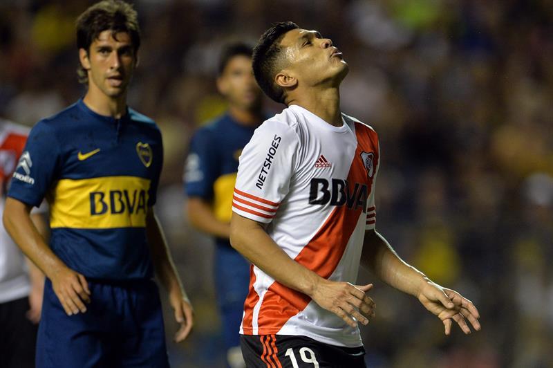 El jugador colombiano Teófilo Gutiérrez de River Plate reacciona durante el partido por la semifinal de la Copa Sudamericana. EFE