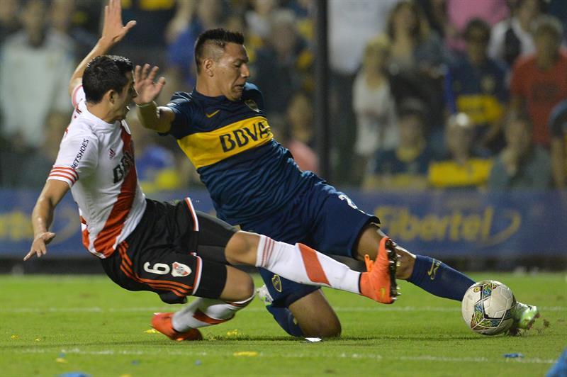 Andres Chavez(d) de Boca Juniors disputa la pelota Ramiro Funes Mori(i) de River Plate. EFE