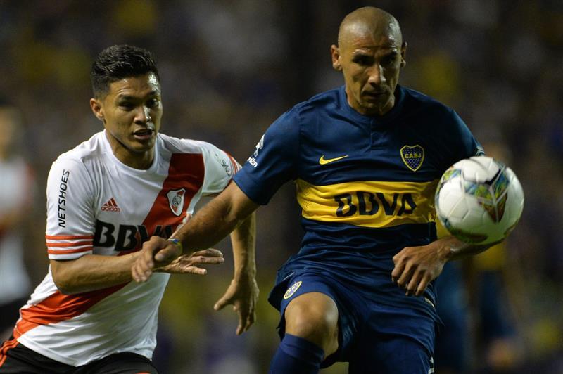 Daniel Diaz(d) de Boca Juniors disputa la pelota ante el colombiano Teofilo Gutiérrez (i) de River Plate. EFE
