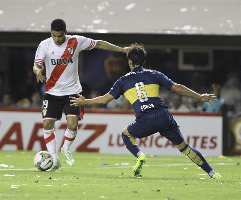 El jugador Juan Forlin de Boca Juniors disputa el balón con el jugador Teofilo Gutierrez de River Plate. EFE