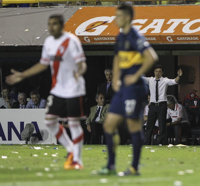 El entrenador de River Plate, Marcelo Gallardo (d -corbata), durante el partido de semifinales de la Copa Sudamericana. EFE