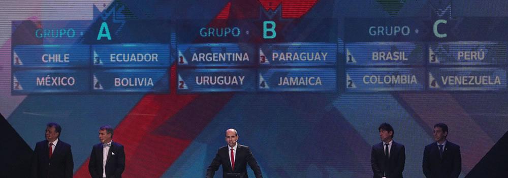 El presidente de la Asociación Nacional de Fútbol Profesional de Chile ANFP, Sergio Jadue (c), habla. Foto: EFE