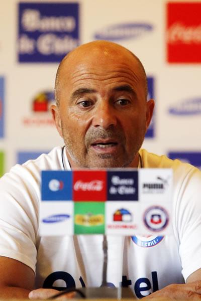 El director técnico de la selección chilena de fútbol, Jorge Sampaoli, habla durante una rueda de prensa. Foto: EFE