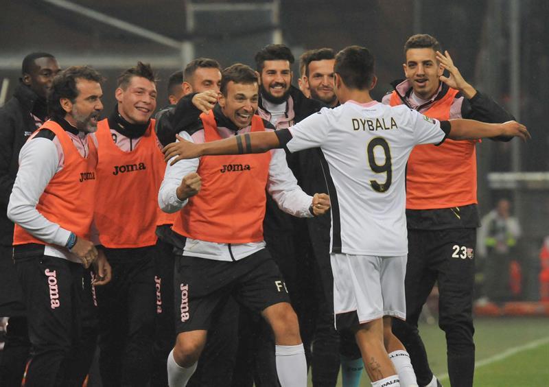 El Génova ve frenada su escalada por el talento del argentino Paulo Dybala. Foto: EFE