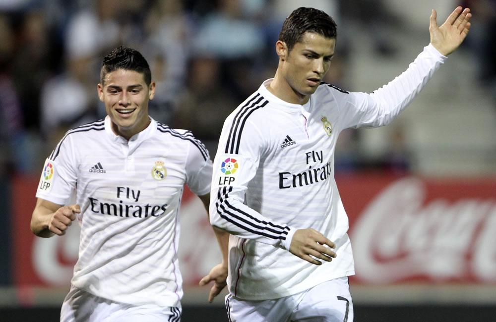 El delantero portugués del Real Madrid Cristiano Ronaldo (d) celebra con su compañero James Rodríguez. Foto: EFE