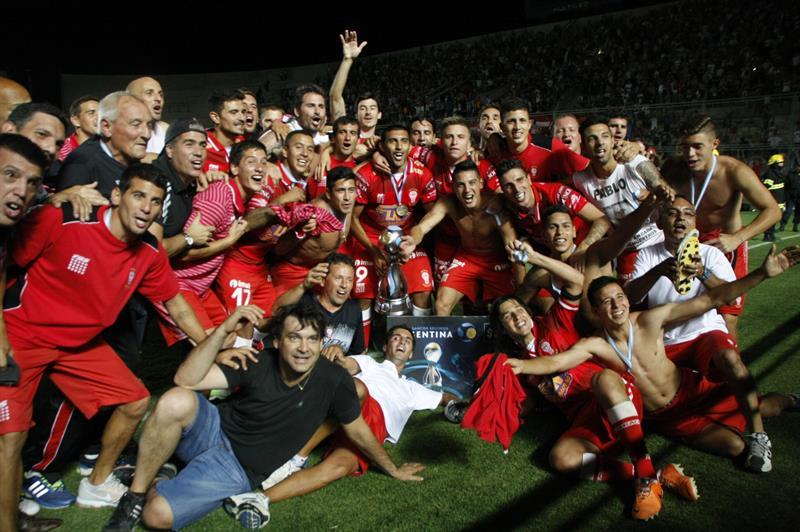 Jugadores Huracán celebran tras vencer a Rosario Central, durante la final de la Copa Argentina. Foto: EFE