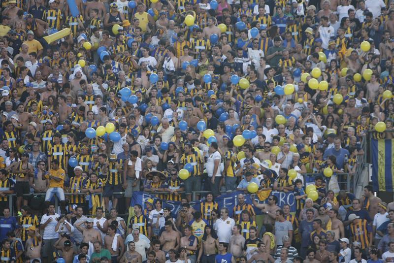 Aficionados de Rosario Central animan a su equipo antes de enfrentar a Huracán en la final de la Copa Argentina. Foto: EFE